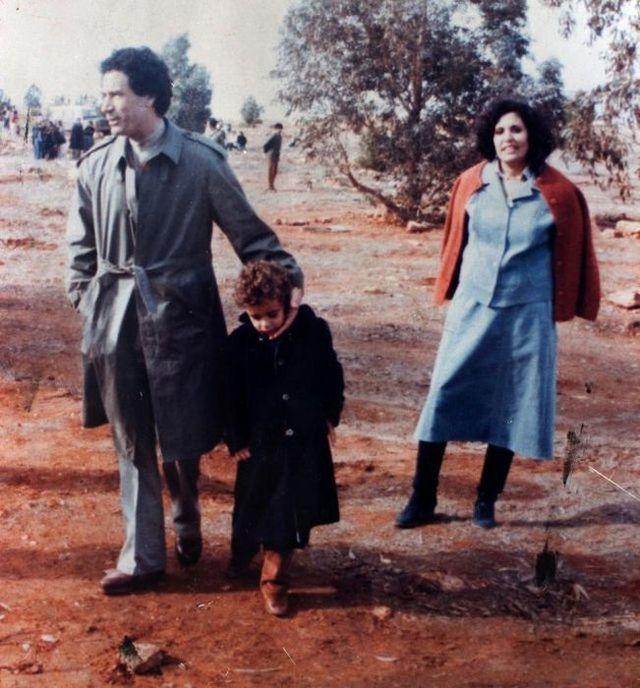 Муаммар Каддафи - ливийский государственный и военный деятель, политик и публицист; де-факто глава Ливии в 1969-2011 годах. В первый раз Муаммар Каддафи женился на бывшей школьной учительнице и дочери ливийского офицера Фатхиа Нури Халед. Но брак закончился разводом.