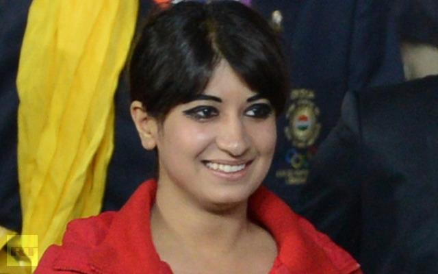 Каким образом она оказалась во главе индийской делегации, как пробралась на арену, никто не знает.