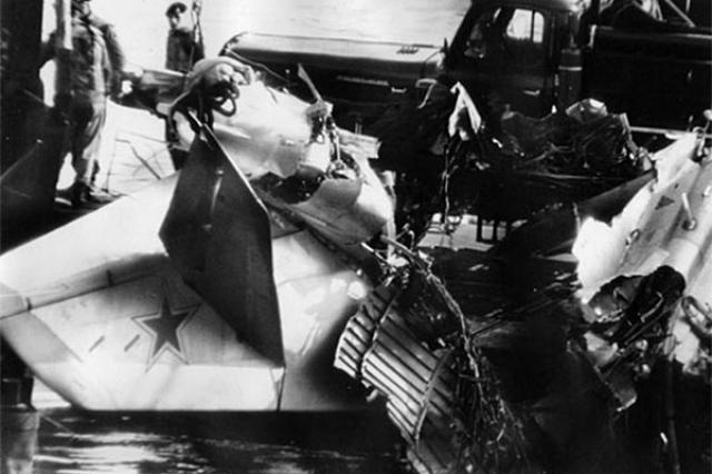 """""""Прыгай!"""", - скомандовал он штурману Янову. Но тот остался, понимая, что отстрел катапульты направит самолет вниз."""
