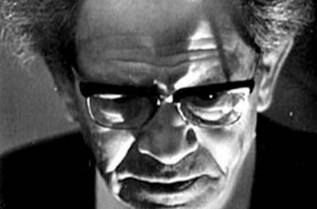"""Во время Великой Отечественной войны Мессинг, будучи уже известным в СССР, был эвакуирован в Новосибирск, где продолжал свои выступления. В 1943 году на сеансе один из зрителей спросил: """"Когда кончится война?"""" Дочитав предложение, Мессинг сразу же произнес: """"8 мая"""", правда года не назвал."""