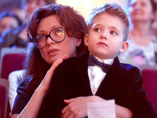 Сына назвали Елисеем. Вначале думали, что он будет Тихоном, так как вел себя тихо в животе мамы, но с седьмого месяца проявил характер и задумка потеряла актуальность.
