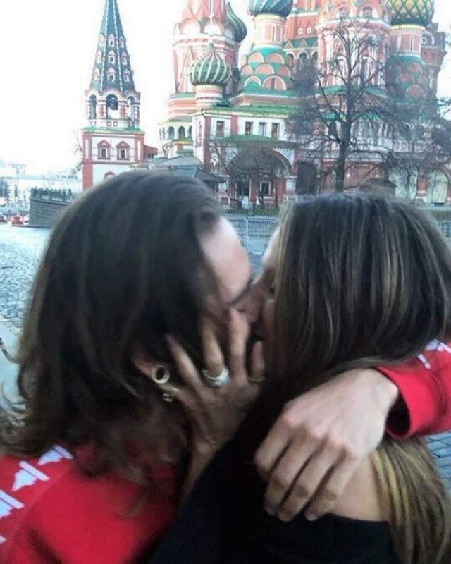 2018 год, Хайди Клум и Том Каулитц (Tokio Hotel) не смогли устоять от горячего поцелуя на Красной площади.