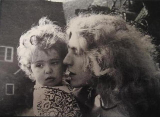 """Роберт Плант. Пятилетний сын рокера Кэрак умер от желудочной инфекции, пока музыкант был в турне. Ему посвящена песня """"All My Love""""."""
