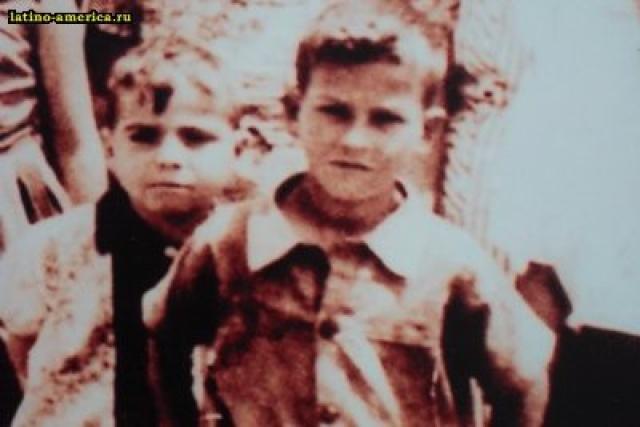 Пабло Эмилио Эскобар Гавирия родился 1 декабря 1949 года в городе Рионегро (Колумбия), он был третьим ребёнком в семье фермера Хесуса Дари Эскобара и школьной учительницы Хемильды Гавирии.