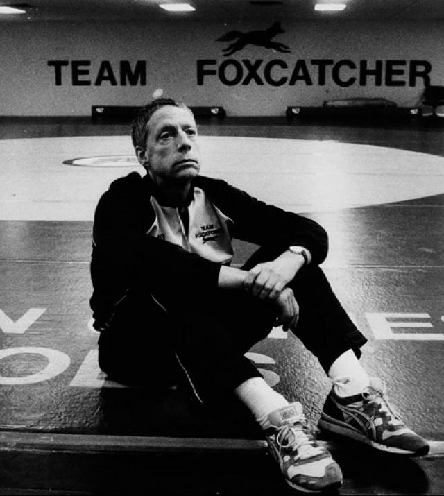 Джон Дюпон , наследник третьего по величине химического конгломерата. В 1996 году Дюпон застрелил олимпийского чемпиона по борьбе Давида Шульца. Его защита утверждала, что миллионер считал, что Шульц был частью гигантского международного заговора с целью его убийства.
