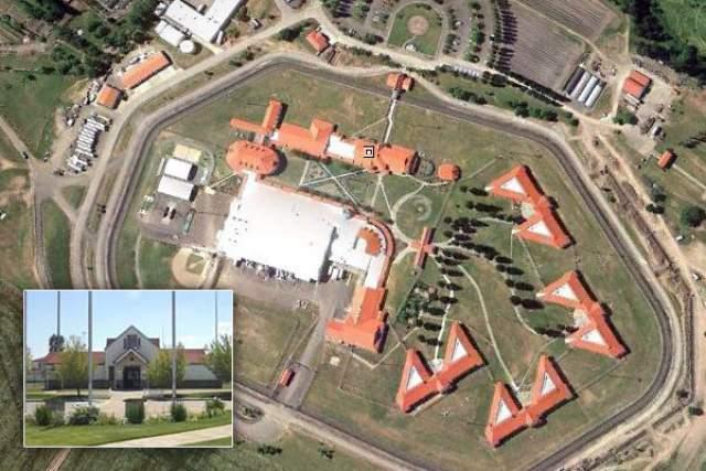 """Комплекс также называют """"Королевской жемчужиной федеральных тюрем"""" и ClubFed (по аналогии с ClubMed), и внешне его легко перепутать со студенческим кампусом, если бы не колючая проволока на заборах."""