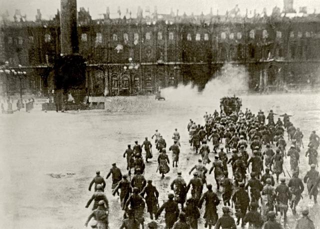 При штурме Зимнего было много жертв. На самом деле никакого штурма не было. Знаменитый женский батальон к тому моменту был из дворца выведен. Юнкера, то есть курсанты военных училищ, сопротивления не оказали.