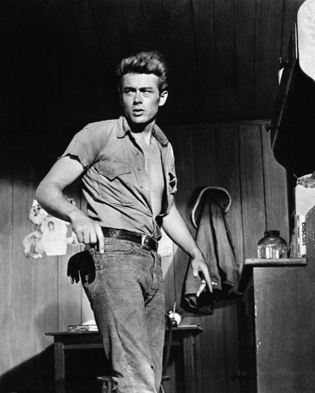 Популяризовал джинсы в своих фильмах Джеймс Дин. С тех пор они стали важной частью образа стиляг и бунтарей-одиночек.