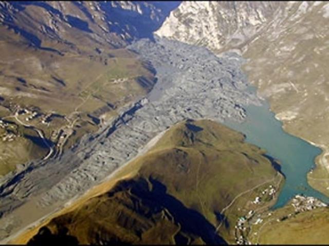 Колка - это пульсирующий ледник, который неизменно обрушивается примерно раз в сто лет. То, что он должен был сойти, было известно наверняка, но вот предвидеть время катастрофы не представлялось возможным.