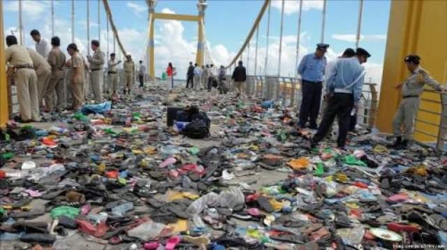 В этот день в Пномпене должно было состояться торжественное закрытие фестиваля воды- одного из главных кхмерских праздников. На мосту через реку Тонлесап, приток Меконга, к Алмазному острову собрались тысячи людей, пришедших на праздник посмотреть гонки на лодках и фейерверки.