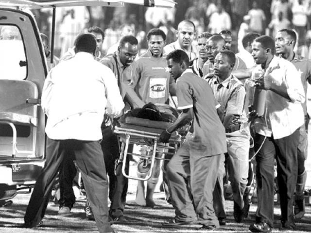 Вдруг 25-летний полузащитник нигерийцев Самуэль Оквараджи упал на траву, потеряв сознание. Прийти в себя ему суждено не было. Нигериец скончался на поле. Вскрытие показало, что у футболиста было увеличенное сердце и ненормальное кровяное давление.