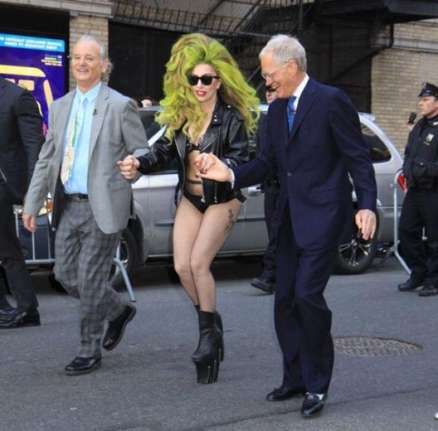 Леди Гага. Эпатажная исполнительница на самом деле настоящая дюймовочка.