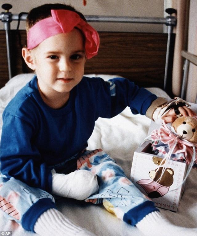 Девочка, получившая перелом черепа, перелом ноги и ключицы и ожоги третьей степени, оказалась единственной, кому удалось выжить в катастрофе. Она перенесла четыре операции по пересадке кожи, но сумела полностью восстановиться.