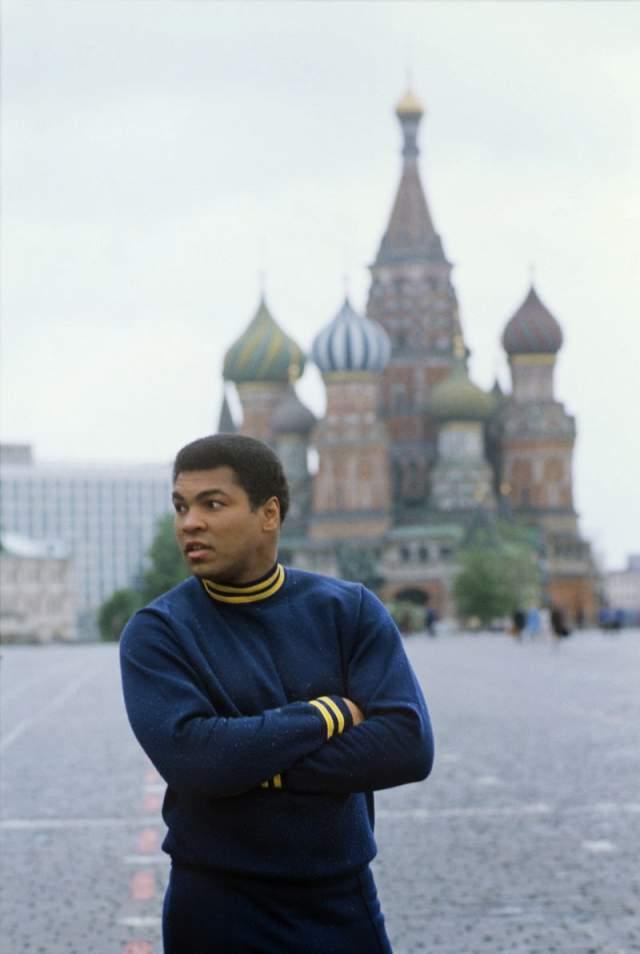 """1978 год, Мохаммед Али на Красной площади. Именно после того визита Али сказал известную фразу о России: """"Я видел только одного полицейского. Никакого оружия. Никакой преступности. Никаких проституток. И ни одного гомосексуала""""."""