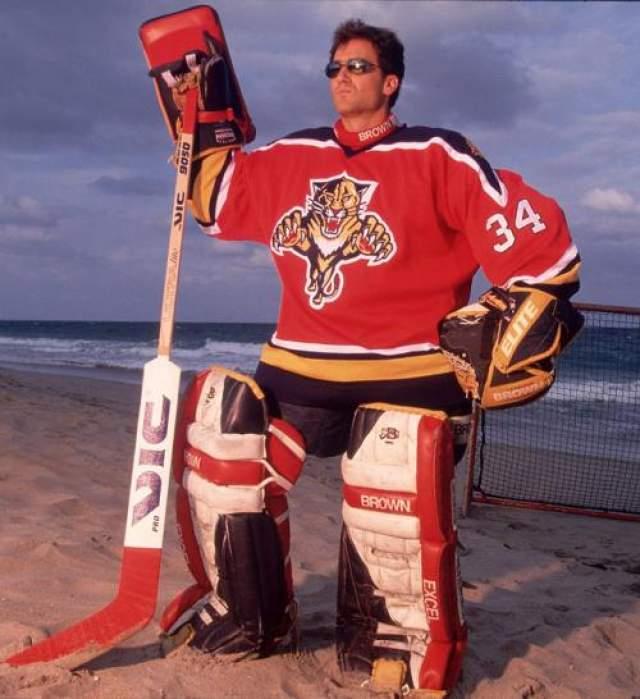 Джон Ванбисбрук , вратарь НХЛ, ныне закончивший карьеру.