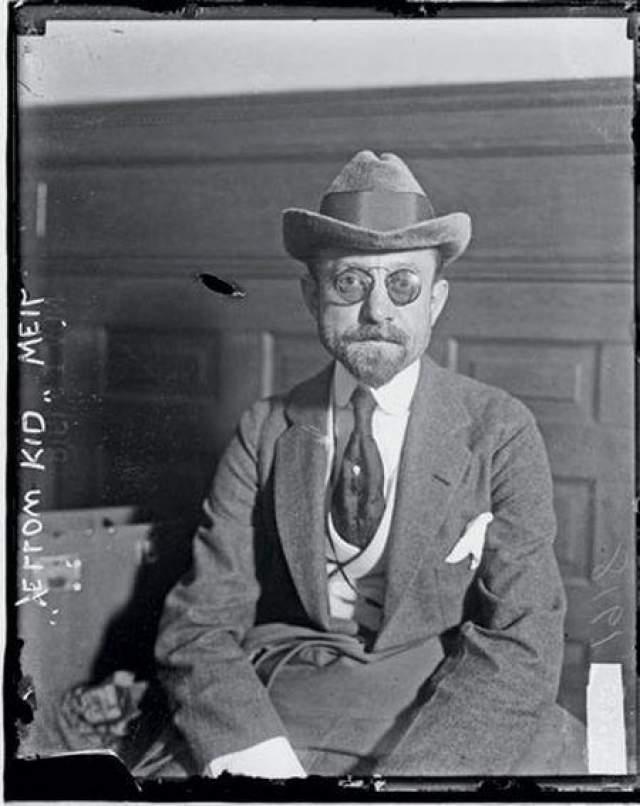 Джозеф Уэйл Он ездил на баснословно дороги машинах, как правило, в сопровождении рыжих девиц, до которых был большой охотник, с огромным бриллиантом в галстуке и в безупречном костюме, сшитом лондонскими портными. За одну аферу он зарабатывал от 10 до 500 тысяч долларов, причем никогда не обманывал бедных людей, за что его прозвали Робин Гудом мошенников.