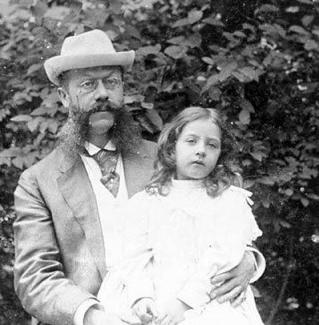 """Mercedes. В 1897 году никому неизвестный Эмиль Йеллинек подрядился перегонять автомобили """"Даймлер"""" из Ниццы в Германию, но скорость этих машин была просто смехотворной (не более 24 км в час), что делало перегон достаточно хлопотливым занятием."""
