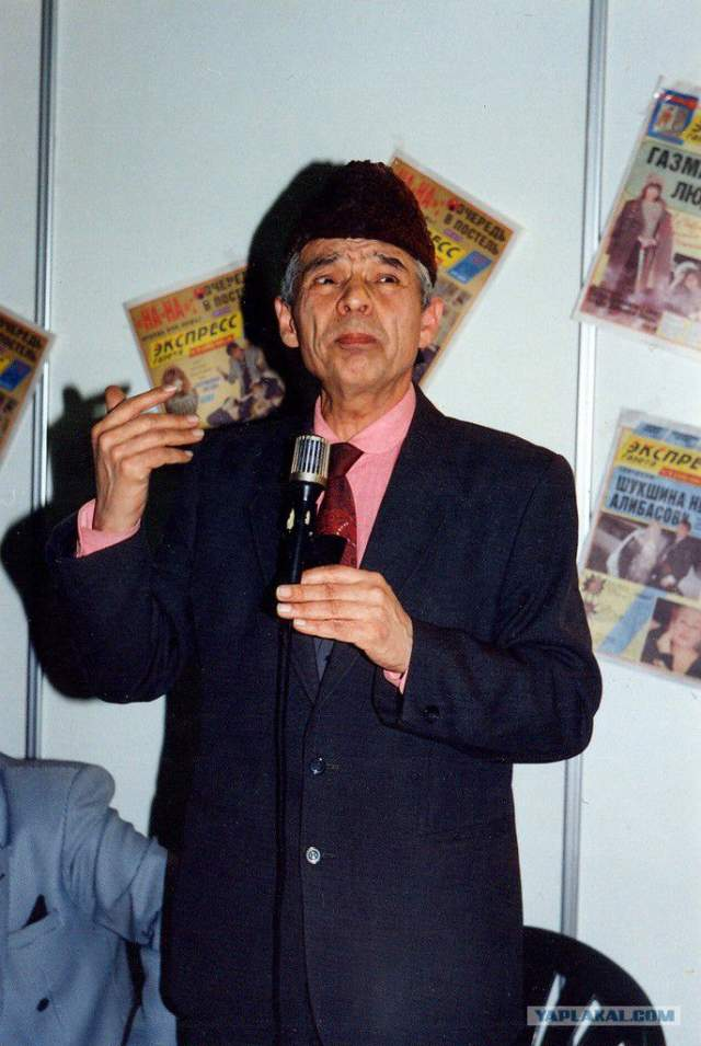 Муратов ушел из жизни в 68-й московской больнице 10 декабря 2004 года после перенесенного инсульта. Хотя он долго не снимался, но почти до последнего принимал участие во встречах со зрителями.