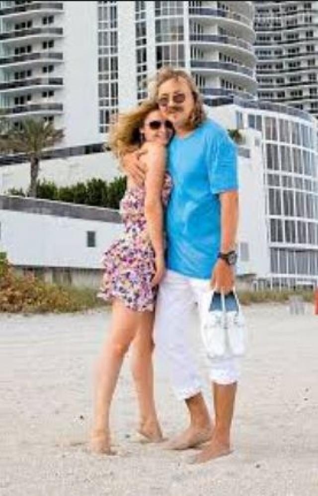 Первооткрывателем моды российских звезд на жилье в Майами был композитор и певец Игорь Николаев .