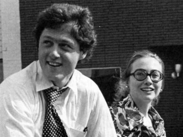 Билл и Хиллари рядом с университетом