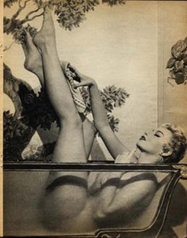 """Среди звезд тех лет Лили Сент Кир, которая """"купалась"""" в ванне из пузырьков."""