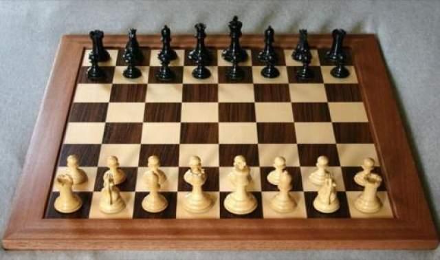 """Лучший игрок в шахматы среди людей будет обыгран компьютером до 2000 года Именно такой прогноз был сделан Ремонтом Курцвейлом в книге """"Век интеллектуальных машин"""" , изданной в 1990 году, когда ахматные компьютеры были еще довольно слабы и почти без проблем обыгрывались гроссмейстерами. Однако спустя всего 7 лет суперкомпьютер Deep Blue обыграл Гарри Каспарова - сильнейшего шахматиста планеты. Сегодня же шахматные программы настолько сильны, что матч между человеком и компьютером потерял всякий спортивный смысл."""