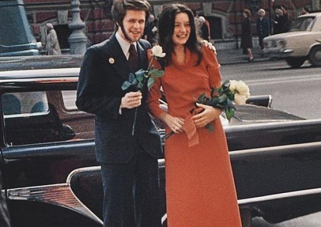 Первая жена мэтра, Наталья Козловская, мама ныне известной актрисы Алисы Гребенщиковой, до БГ встречалась с басистом Михаилом Файнштейном.