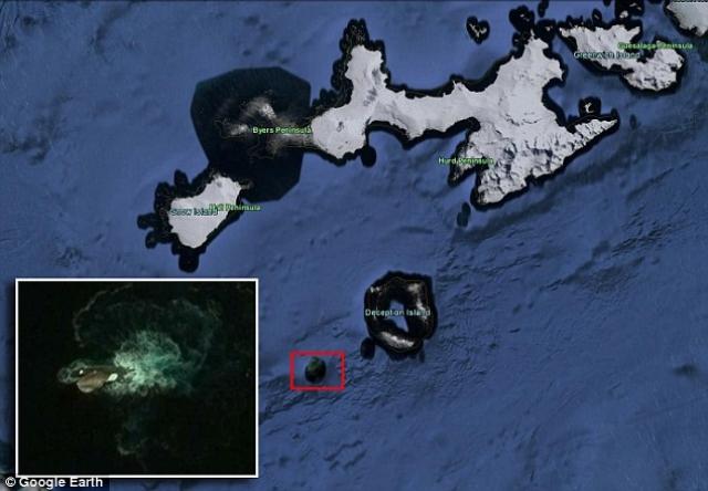 """Как утверждает пользователь, точка, в которой обнаружено """"чудовище"""", находится недалеко от Антарктиды. Также энтузиаст установил, что объект может быть до 120 м в длину. При этом видимая часть неизвестного объекта составляет около 30 м в длину."""