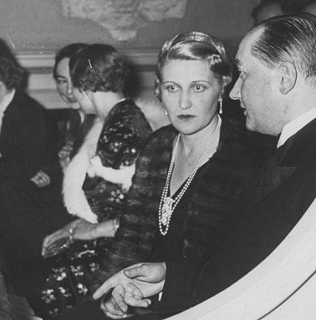 В конце апреля 1945 года Советская армия подошла к Берлину и 30 числа покончил с собой Адольф Гитлер. В конце того же месяца Магда написала письмо своему сыну от первого брака, который в это время находился в лагере военнопленных в Северной Африке: