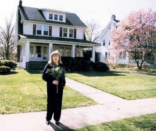"""Сейчас Елена преподает актерское мастерство, работает на русском радио в Нью-Джерси, некоторое время вела авторскую передачу """"Кулисы"""". Создала детскую творческую студию """"Этюд"""" для детей из русскоязычных семей."""