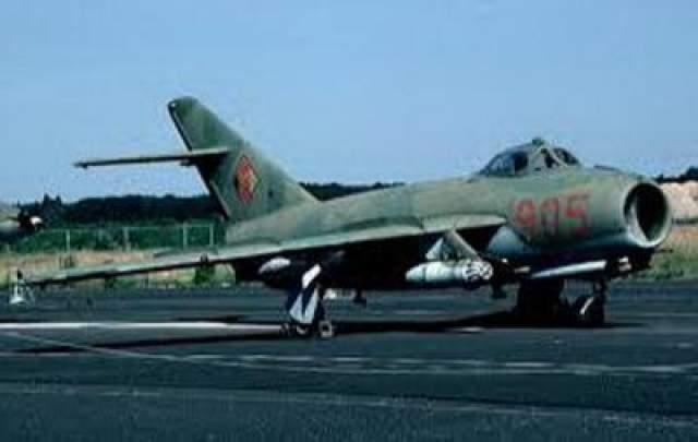 """Механик на крыле Когда 27 мая 1995 года во время тактических маневров МиГ-17, сойдя с полосы ВВП, застрял в грязи, механик наземной службы Петр Горбанев вместе с товарищами бросился на выручку. Общими усилиями самолет вытолкали на ВВП. Освободившись от грязи МиГ стал быстро набирать скорость и спустя минуту взмыл в воздух, """"прихватив"""" механика, которого воздушным потоком перегнуло вокруг передней части крыла."""