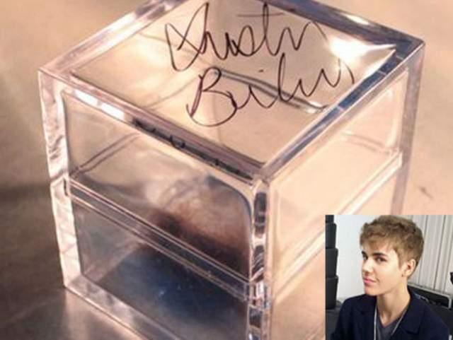 """Молодой человек отдал ей контейнер с автографом и кусочками шевелюры во время ток-шоу """"Ellen""""."""