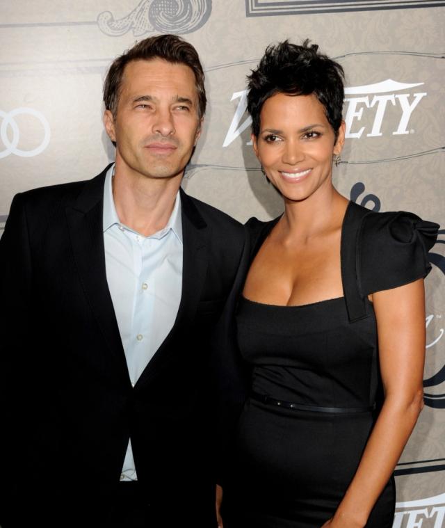 Оливер Мартинез и Хэлли Берри объявили о намерении развестись в октябре. Пара начала встречаться в 2010 и оформила отношения в 2013. У них общий сын.
