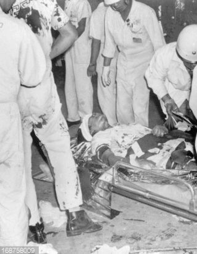 Часть багажа была транзитной и далее должна была быть погружена на рейс 301 авиакомпании Air-India. Грузчики начали выносить сумки, когда среди багажа произошел взрыв, образовавший дыру в бетонном полу. При этом 2 сотрудника аэропорта погибли, еще 4 получили ранения. Если бы взрыв произошел на час позже, то могли погибнуть 390 человек, летевшие на рейсе AI301.