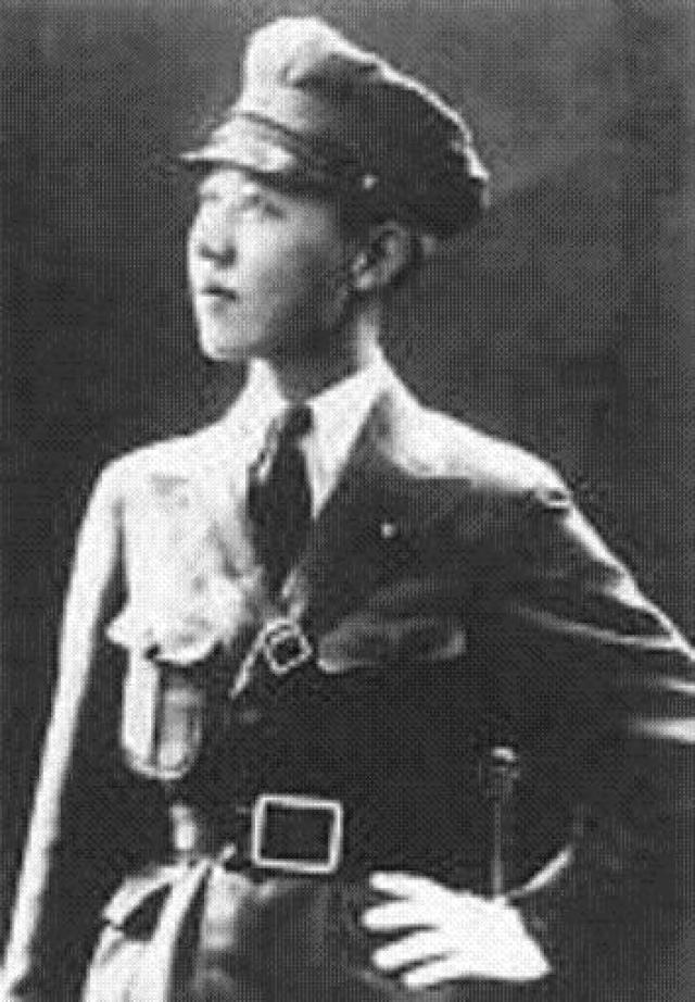 В Шанхае Кавашима стала работать на знаменитого генерал-майора Кэндзи Доихару, который часто посылал ее с различными поручениями в Маньчжурию, где она, одетая в офицерскую форму и обладающая необъяснимой притягательностью для мужчин, неизменно имела успех.