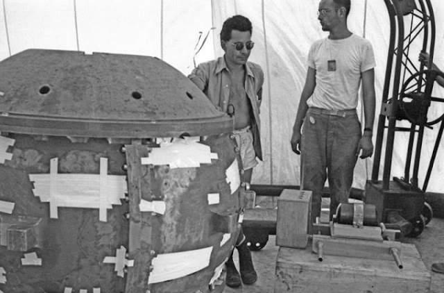 """Льюис Слотин: получил смертельную дозу радиации от плутониевой бомбы. В 1946 году 8 ученых, включая Льюиса Слотина (ранее участвующего в Манхэттенском проектом), работали над экспериментом. Они освобождали молекулы плутония с помощью """"цепной реакции"""" после взаимодействия двух половинок бериллиевой сферы."""