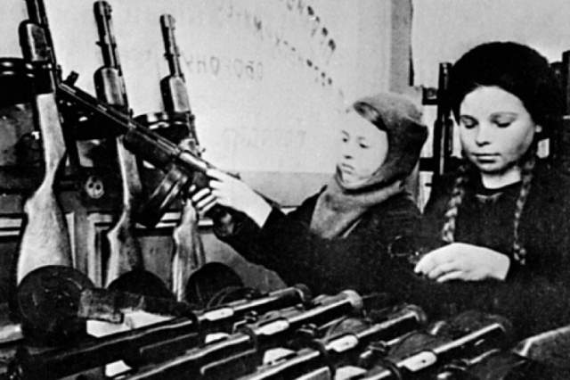 В последующих операциях ей доверили оружие — ходила с пистолетом и гранатой за поясом. В одном из ночных боёв спасла раненого командира разведотделения Ферапонта Слесаренко.