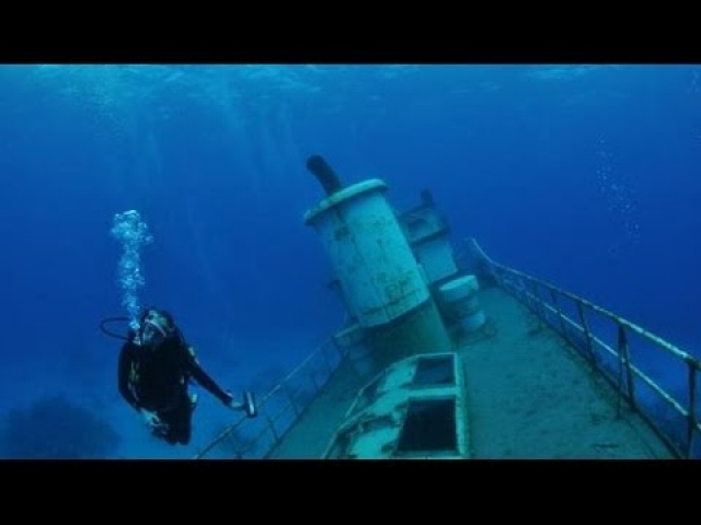 Водолазы подняли четыре тела из затонувшего на глубине 30 метров на дне Атлантического океана буксирного судна, когда вдруг на мониторе увидели руку еще одного человека.