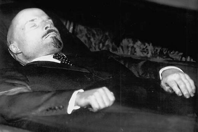 Высказывается и точка зрения, что одной из причин, побудивших руководство страны сохранить тело Ленина, было стремление не допустить появление самозванцев, выдающих себя за Ильича, поскольку в народе стали распространяться слухи, что Ленин пытался убежать из Кремля и покаяться перед народом, однако был остановлен охраной у Иверских ворот и изолирован в Горках.