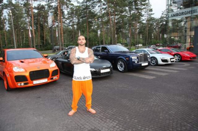 Ему нравится марка Mercedes - и в гараже имеется несколько моделей AMG G63 стоимостью около 10 млн рублей каждая. Porsche тоже рэпер жалует и пару лет назад покупал себе две машины этого бренда.