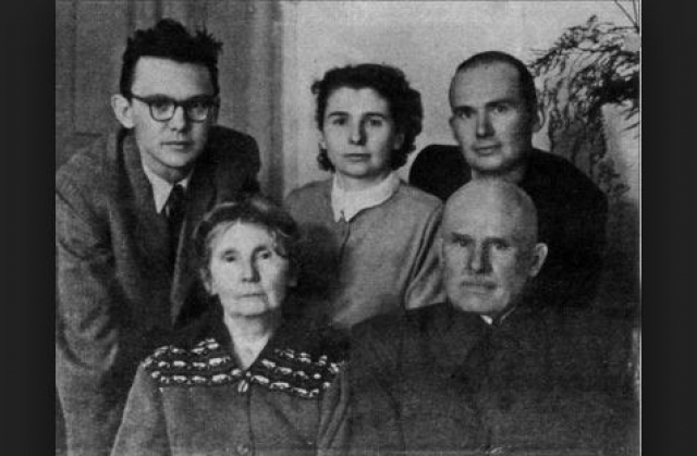 Вернувшись с войны, в 1947 году Гайдай окончил театральную студию при Иркутском областном драмтеатре, где работал осветителем и актером.