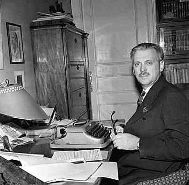 """В 1935 году вышло первое известное произведение, ставшее классикой советской детской литературы, - """"Дядя Степа"""". В 1936 году произошло событие, изменившее всю жизнь писателя: он опубликовал в газете «Правда» стихотворение «Светлана», которое понравилось Сталину."""