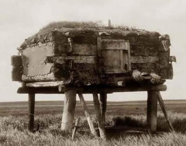 И была еще одна необъяснимая вещь во всем этом - эскимосские родовые захоронения были пусты.