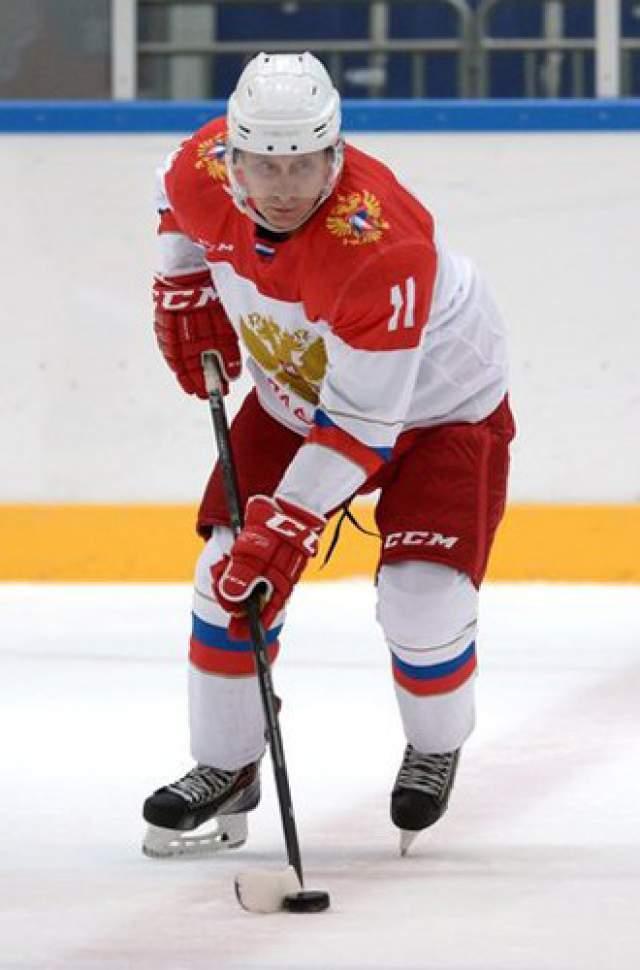 Он силен в верховой езде, плавании и бадминтоне, катается на лыжах и отлично играет в хоккей.