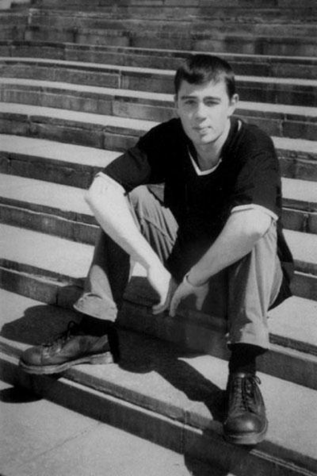 """После окончания университета, уже будучи актером, Сергей работал над написанием своей кандидатской диссертацией """"Архитектура в венецианской живописи Возрождения"""", которую он с большим успехом защитил в 1998 году."""
