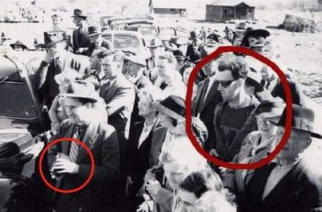 Путешественник во времени Эта фотография была сделана в 1941 году во время повторного открытия моста Саус-Форкс в Канаде. Многие энтузиасты утверждают что этот снимок доказывает существование машины времени, ведь в толпе людей можно увидеть молодого хипстера из будущего. Молодой человек - единственный на снимке, кто носит солнцезащитные очки, что в то время было нехарактерно для мужчин. Вызывает массу вопросов и футболка парня: в 1941 году не было технологии переноса печатки на одежду.