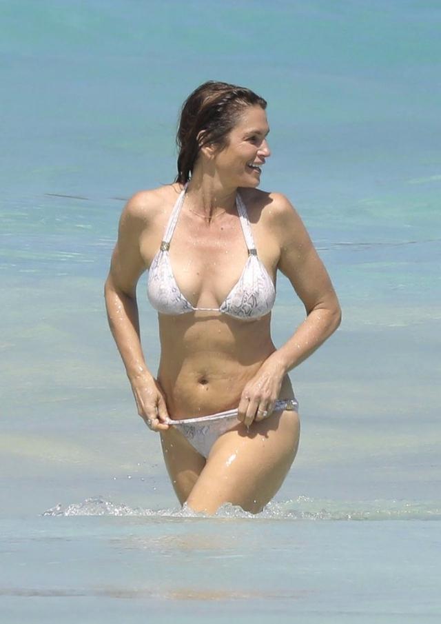 Синди Кроуфорд. Супермодель и после 50 смело щеголяет в бикини на пляже.