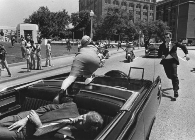 На фотографии якобы запечатлена Жаклин Кеннеди, которая пытается сбежать из автомобиля через несколько секунд после убийства ее супруга.