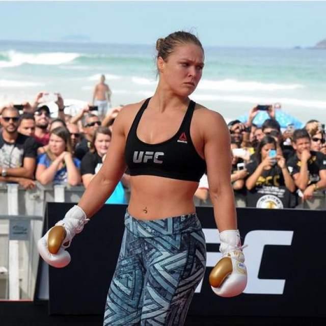 Ронда Раузи, 32 года Американская женщина-боец смешанных единоборств, дзюдоистка и актриса. Первая чемпионка UFC (Абсолютного бойцовского чемпионата), одна из самых высокооплачиваемых спортсменок мира. Пляжная тренировка на открытом воздухе неизменно собирает толпу зрителей: