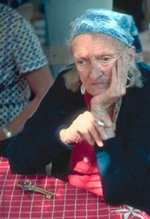 Дороти Иди и Омм Сети Дороти Иди была обычным ребенком. Она бегала, играла, смеялась весь день и, конечно же, была сокровищем для своих родителей. Но произошло нечто немыслимое. Однажды утром, Дороти, бежала по лестнице в своем доме недалеко от Лондона, поскользнулась и упала.